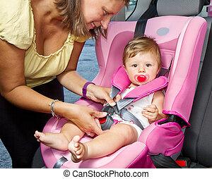 mulher, dela, car, filho, amarrar, assento bebê
