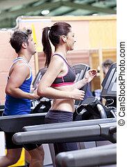mulher, dela, centro, treadmill, bonito, condicão física, usando, fones ouvido, namorado