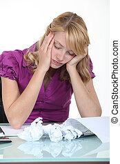 mulher, dela, cima, papel, escrivaninha, parafusado