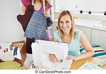 mulher, dela, cosendo, sorrindo, amigo, cozinha