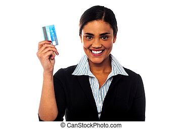 mulher, dela, crédito, atraente, exibindo, cartão