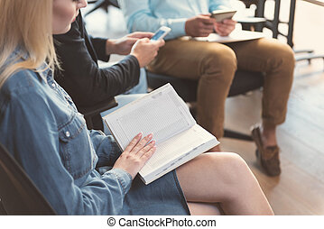 mulher, dela, enquanto, esperando, planificação, entrevista, dia, jovem