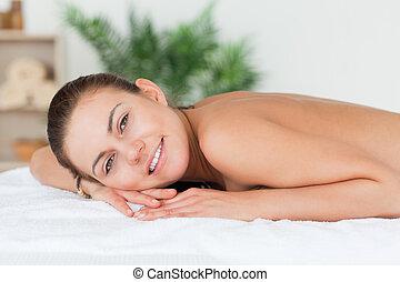 mulher, dela, esperando, massagem, mentindo, barriga
