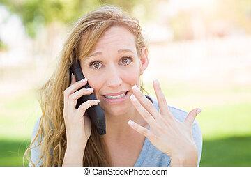 mulher, dela, impressionado, jovem, falando, telefone, Ao ar livre, esperto