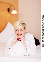 mulher, dela, jovem, cama, sorrindo, travesseiro