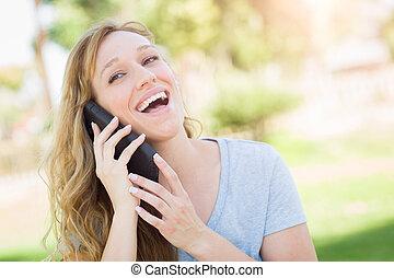 mulher, dela, jovem, falando, telefone, adulto, Ao ar livre, esperto