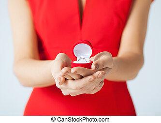 mulher, dela, mostrando, mão, anel casamento