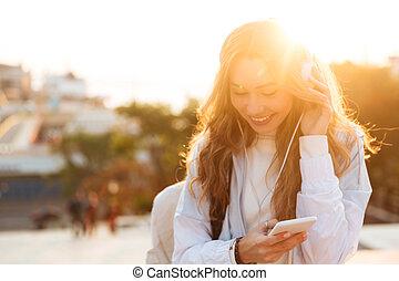 mulher, dela, outono, smartphone, morena, usando, sorrindo, roupas