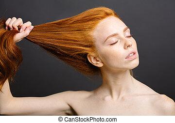 mulher, dela, saudável, cinzento, estúdio, cabelo, segurando, ruivo, brilhante