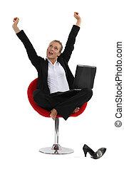 mulher, dela, sentando, esticando braços, cross-legged, cadeira