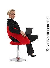 mulher, dela, sentando, laptop, usando, cadeira