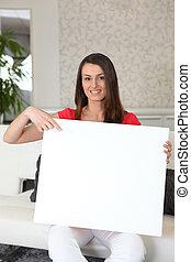 mulher, dela, sentando, sofá, sinal, em branco, colo