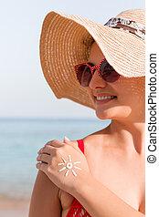 mulher, dela, sol, jovem, mão, forma, feito, sunscreen, praia