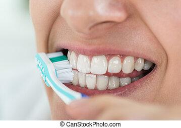 mulher, dentes escovando