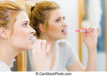 mulher, dentes escovando, limpeza, banheiro