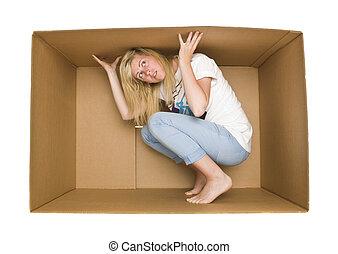 mulher, dentro, um, caixa papelão