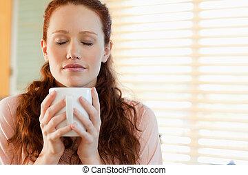 mulher, desfruta, a, cheiro, de, dela, café