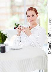 mulher, desfrutando, café, em, restaurante