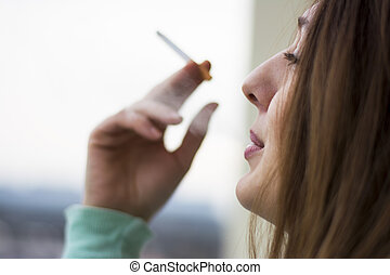 mulher, desfrutando, dela, cigarro