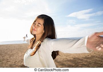 mulher, desfrutando, dela, tempo, em, a, praia