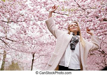 mulher, desfrutando, jovem, natureza