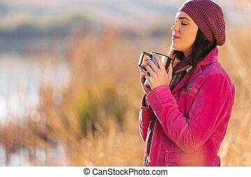 mulher, desfrutando, manhã, inverno, ao ar livre
