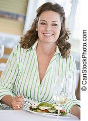 mulher, desfrutando, refeição, com, um, vidro vinho