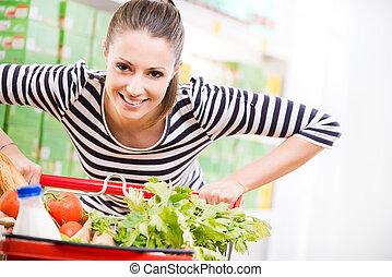 mulher, desfrutando, shopping, em, supermercado