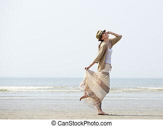 mulher, desfrutando, um, dia praia
