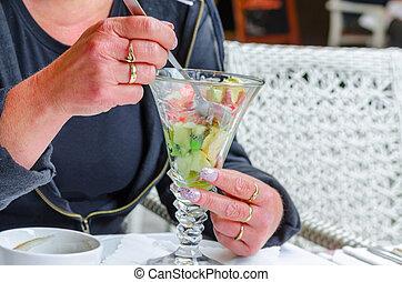 mulher, desfrutando, um, fruta exótica, salada