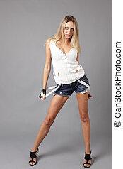 mulher, desgastar, jovem, shorts, denim