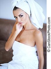 mulher, desgastar, toalha banho, com, mão, cara tocante