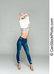 mulher, desligado, calças brim, levando, adelgaçar, roupas, isolado, cinzento, elegante, soutien