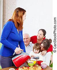 mulher, despeja, chá, para, família, casa