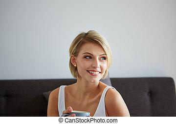 mulher, despertando, feliz, copo, sorrindo, loura, café, bonito
