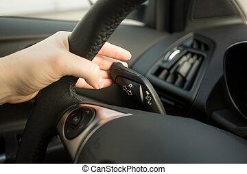 mulher, dirigindo, car, sinal, volta, interruptor, usando