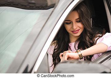 mulher, dirigindo um carro, e, olhar, watch.