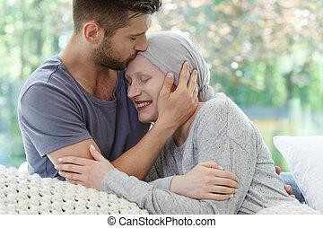 mulher doente, sendo, beijado