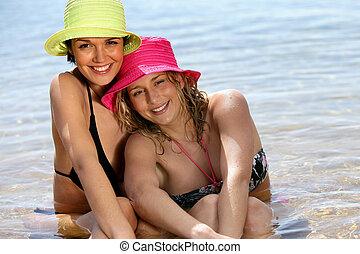 mulher, dois, mar, sentando