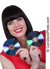 mulher, dois, segurando, cd