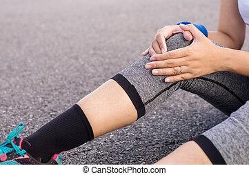 mulher, dor, dela, perna, malhação, após, executando, mão, desporto, sacudindo, ao ar livre, sofrimento, joelho, ferimento, tocar, exercício