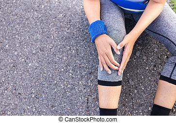 mulher, dor, perna, malhação, após, executando, sacudindo, sofrimento, joelho, ferimento, desporto, exercício
