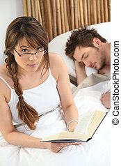 mulher, dorme, dela, cama, sócio, leitura