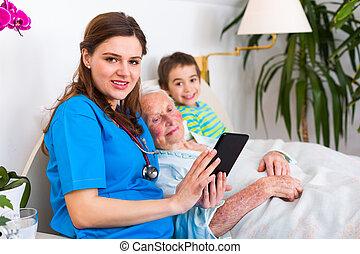 mulher, doutor familiar, divertimento, sênior, tendo