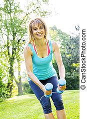 mulher, dumbbells, parque, exercitar