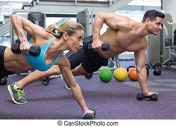 mulher, dumbbells, segurando, bodybuilding, posição, prancha, homem