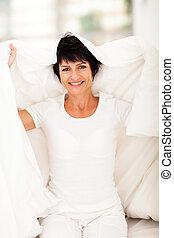 mulher, duvet, meio, divertimento, envelhecido, tendo