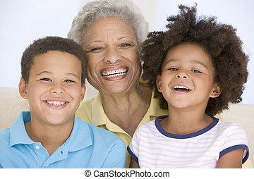 mulher, e, dois, filhos jovens, sorrindo