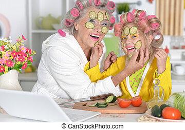 mulher, e, menina, fazer, máscara, de, pepino