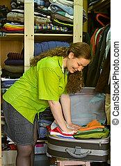 mulher, em, a, guarda-roupa, pacotes, coisas, em, um, mala